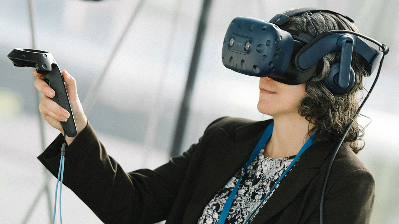 Science in the Age of Experience 2019 - Guest trying VR goggle > Image > Dassault Systèmes®